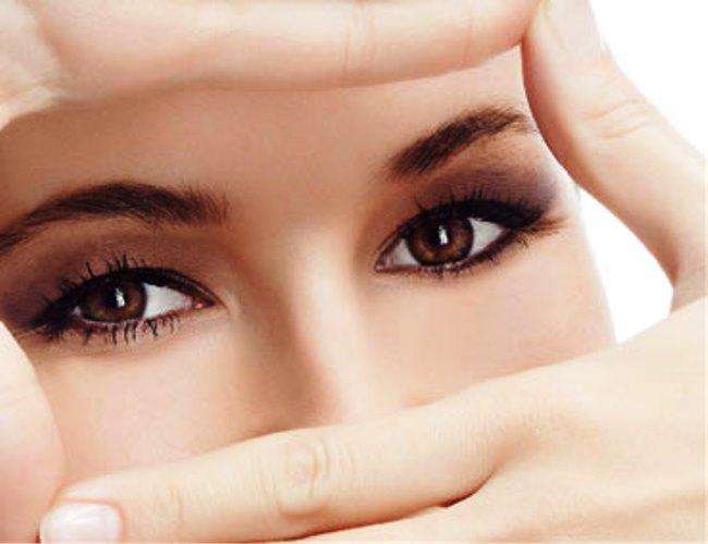 Chớp mắt liên tục trong vòng 1 phút và giữ khoảng cách với màn hình máy tính