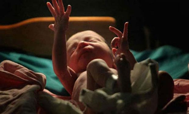 em bé sinh non, điều kỳ diệu, bất ngờ xảy ra khi em bé được đem chôn