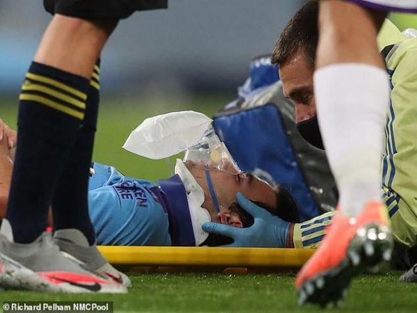 Sao trẻ Man City chấn thương nặng, phải nẹp cổ rời sân
