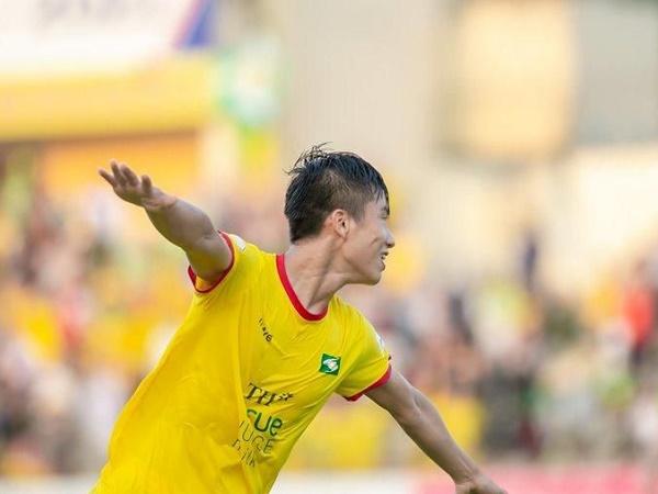 Bóng đá Việt Nam tối 13/4: SLNA trình làng tiền vệ trẻ đầy triển vọng