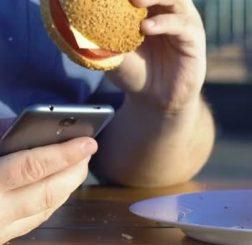 Sử dụng điện thoại di động có thể liên quan đến chứng béo phì ở thanh thiếu niên